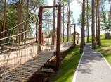 Въжен мост, водещ към атракционния парк